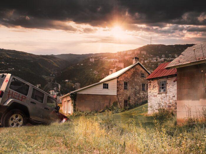 világ vége, Jeep a földbe házak között