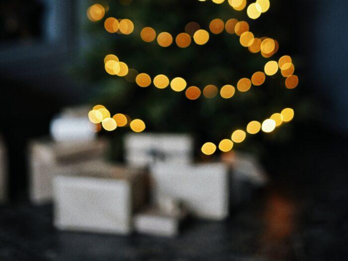 karácsonyi ajándék dobozok karácsonyfával